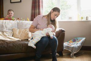 mutter verhilft ihrem baby zu einem baeuerchen