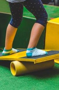 ein kind steht auf einem balanceboard