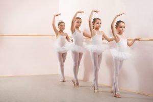 Mädchen beim Ballett-Unterricht