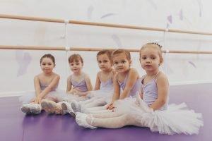 feunf kleine maedchen beim ballettunterricht