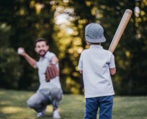 Vater und Sohn spielen Baseball zusammen