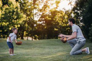 Vater und Sohn spielen Baseball