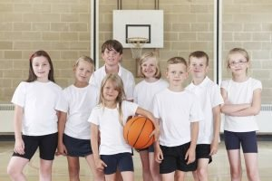kinder bilden ein basketballteam