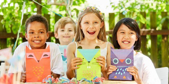 Kinder freuen sich über selbstgebastelte tüten