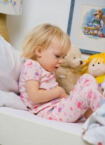 Kind mit Bauchschmerzen durch Fructoseintoleranz