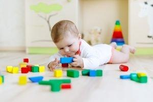 Baby spielt mit Bauklötzen