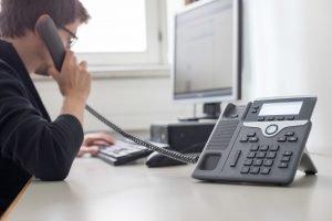 Junger Mann am Telefon, Seitenansicht, Büro