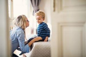 Mutter spricht mit ihrem kleinen Sohn