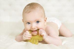 Baby kaut auf einem Beißring