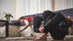 betrunkene mutter liegt auf der couch waehrend das kind allein ist