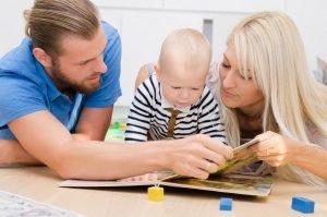 familie schaut sich zusammen ein bilderbuch an