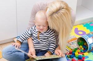 Mutter und Sohn schauen sich ein Bilderbuch an