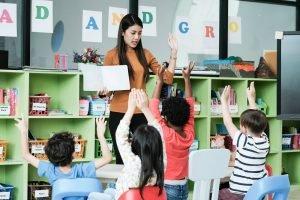 Kindergärtnerin bringt Kindern zweite Sprache bei