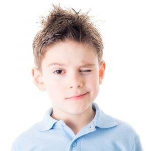 ein Kind blinzelt