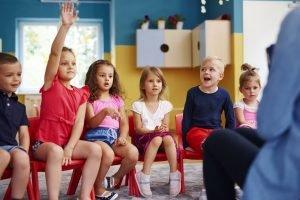 kinder sitzen in der schule im kreis
