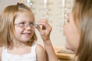 mutter sucht mit ihrem kind eine brille aus
