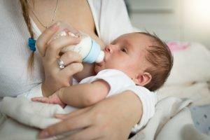 Mutter gibt ihrem Baby die Flasche
