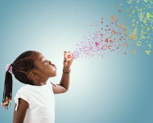 Kind bläst Buchstaben statt Seifenblasen