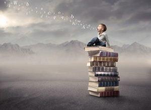 Kind sitzt auf einem Bücherturm, während Buchstaben aus dem Mund strömen
