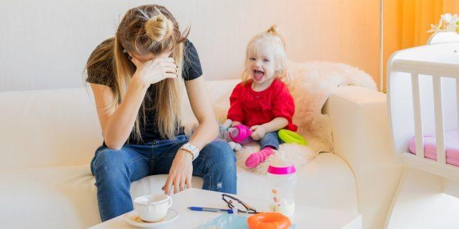 burnout mutter neben ihrem kind