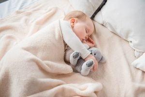 Baby schläft mit Daumen im Mund