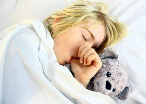 Junge schläft mit Daumen im Mund