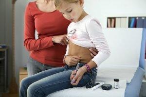 ein Kind spritzt sich Insulin