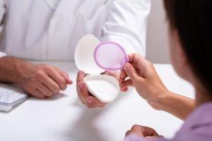 frauenaerztin stellt einer frau ein diaphragma vor