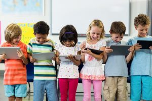 kinder mit tablets als symbol fuer digitales lernen in der grundschule