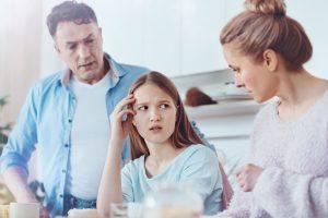 Eltern diskutieren mit ihrer Tochter