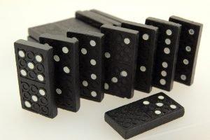 aufgereihte dominosteine