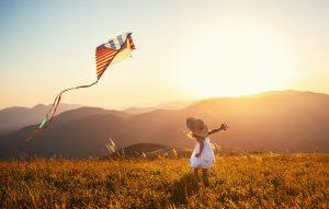 ein kleines Mädchen lässt einen Drachen steigen