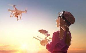 Kind lässt eine Drohne steigen