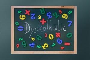 Zahlen und das Wort Dyskalkulie auf einer Tafel