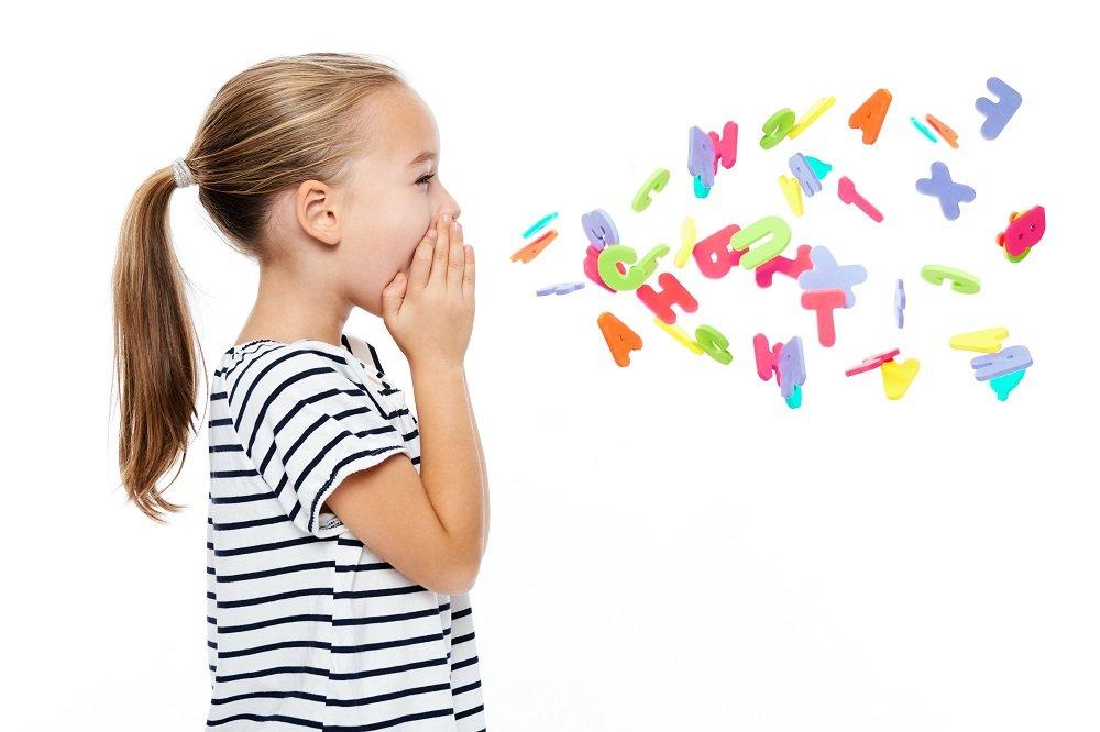 Kind übt sprechen