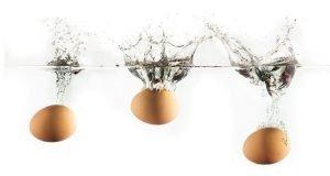 ins Wasser geworfene Eier sinken zu Boden
