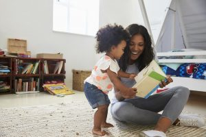 Kind fordert die Mutter auf, etwas vorzulesen