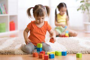 ein kind spielt mit baukloetzchen