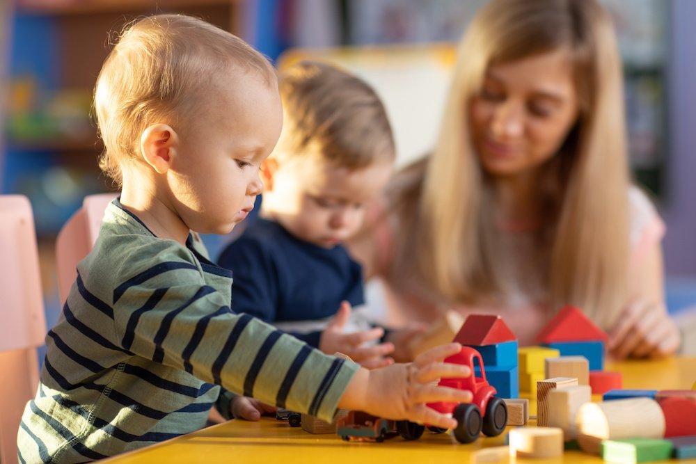 Kleinkinder spielen am Tisch