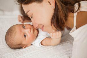 mutter kuschelt mit ihrem baby