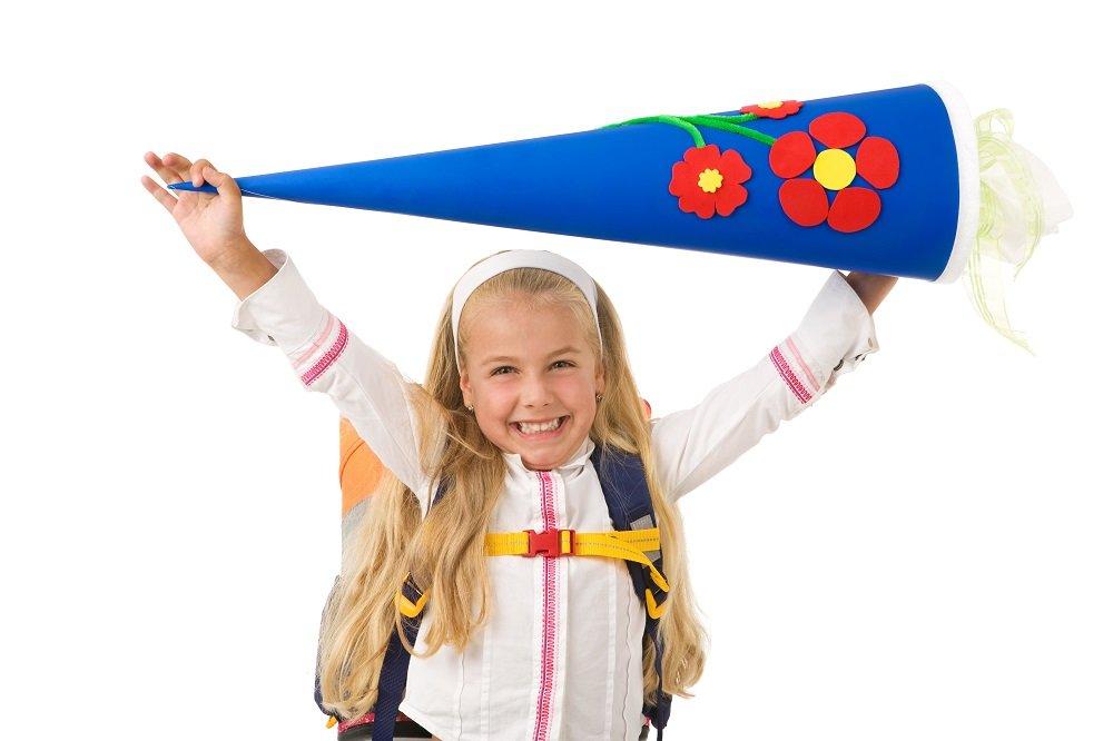 Mädchen feiert mit Schultüte die Einschulung