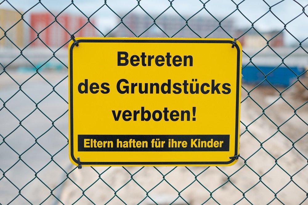 Warnschild mit Aufschrift Eltern haften für ihre Kinder