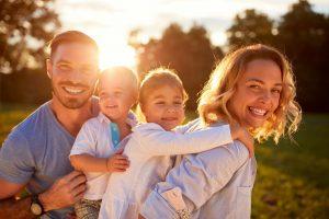 Familie genießt zusammen die Natur