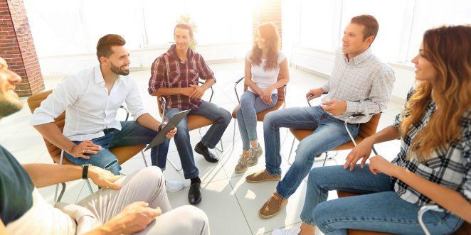 Eltern sitzen gemeinsam in einem Kreis