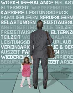 Vater mit kleiner Tochter an der Hand steht vor einer Entscheidung