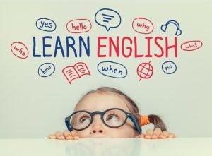 ein kind versucht englisch zu lernen