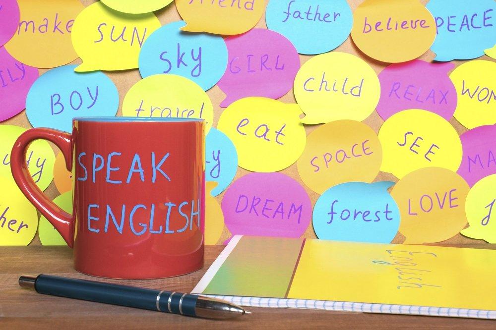englische begriffe auf kleinen klebezetteln