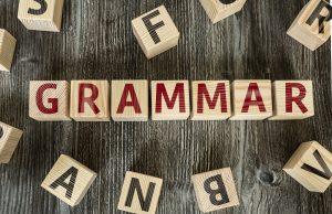 holzbuchstaben die das wort grammatik auf englisch zeigen