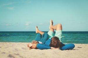 Vater und Sohn entspannen sich gemeinsam am Strand