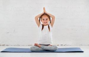 kind macht yoga-uebung
